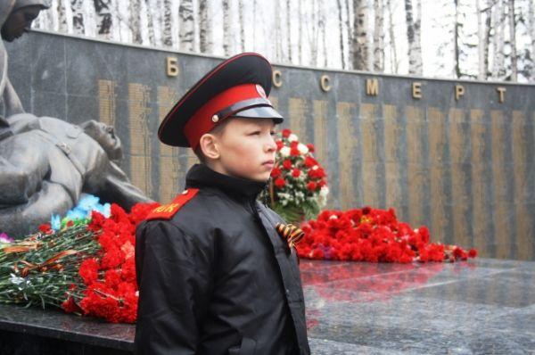 Сначала цветы и венки возложили к мемориалу губернатор Югры Наталья Комарова, глава города Василий Филипенко и ветераны Великой Отечественной войны.