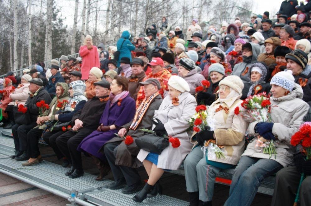 После слов благодарности ветеранам и труженикам тыла собравшиеся почтили память героев, погибших во время Великой Отечественной войны, минутой молчания.