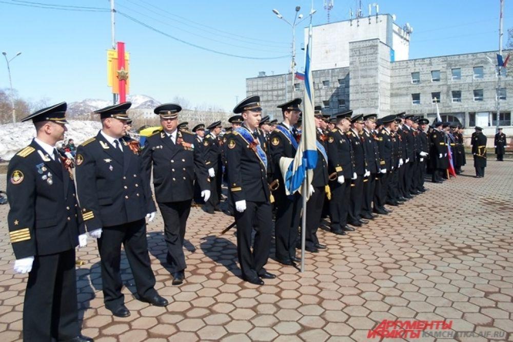 В Вилючинске торжественные мероприятия начались в 11 часов театрализованным представлением на центральной городской площади в жилом районе Приморском.