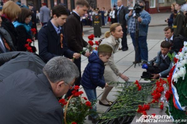Пришедшие возложили красные гвоздики к мемориалу воинам, погибшим в годы Великой Отечественной войны.