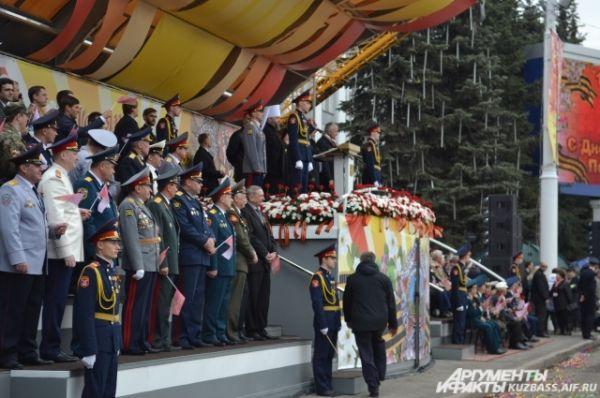 Парад Победы принимал губернатор Кузбасса Аман Тулеев, представители местной власти, сотрудники силовых структур и, конечно, ветераны.