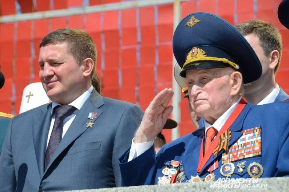 Ветераны стоя приветствовали участников парада.