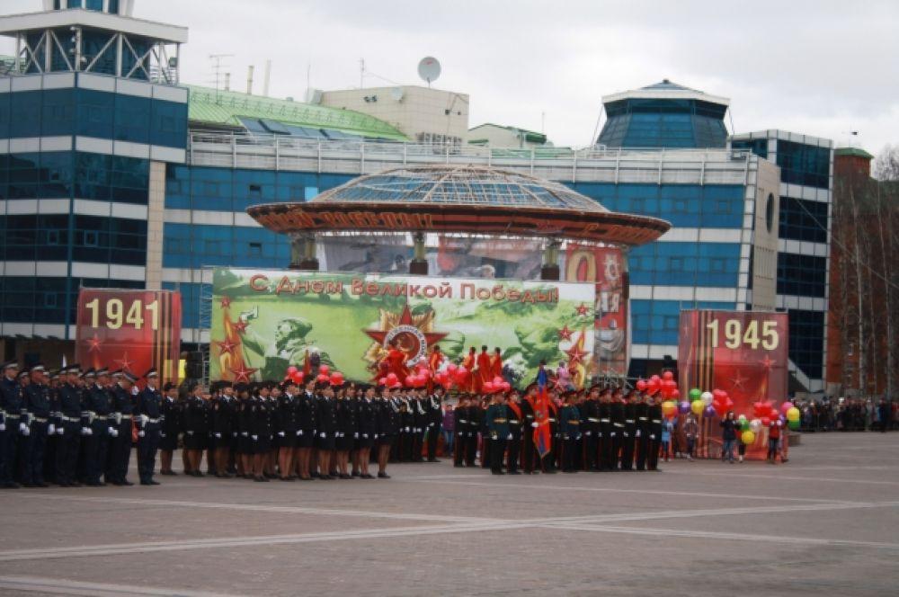 Празднование Дня Победы завершится вечером на Центральной площади Ханты-Мансийска концертной программой.В 23 часа прогремит праздничный салют «Виват, Победа!».