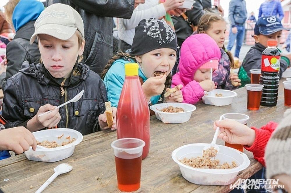 Даже те дети, что дома ни в какую не хотели есть кашу, на площади уписывали угощение от «АиФ-Приморье» за обе щёки.