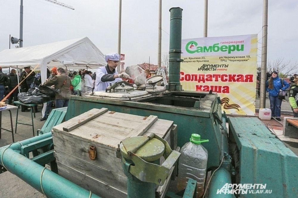 Найти полевую кухню было легко, баннер спонсора акции - гипермаркета Самбери - был виден издалека.