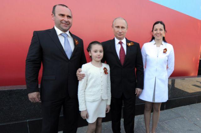 Владимир Путин фотографируется с Кристиной Кутеповой, которая попросила его во время «прямой линии» посмотреть Парад Победы на Красной Площади вместе с родителями.