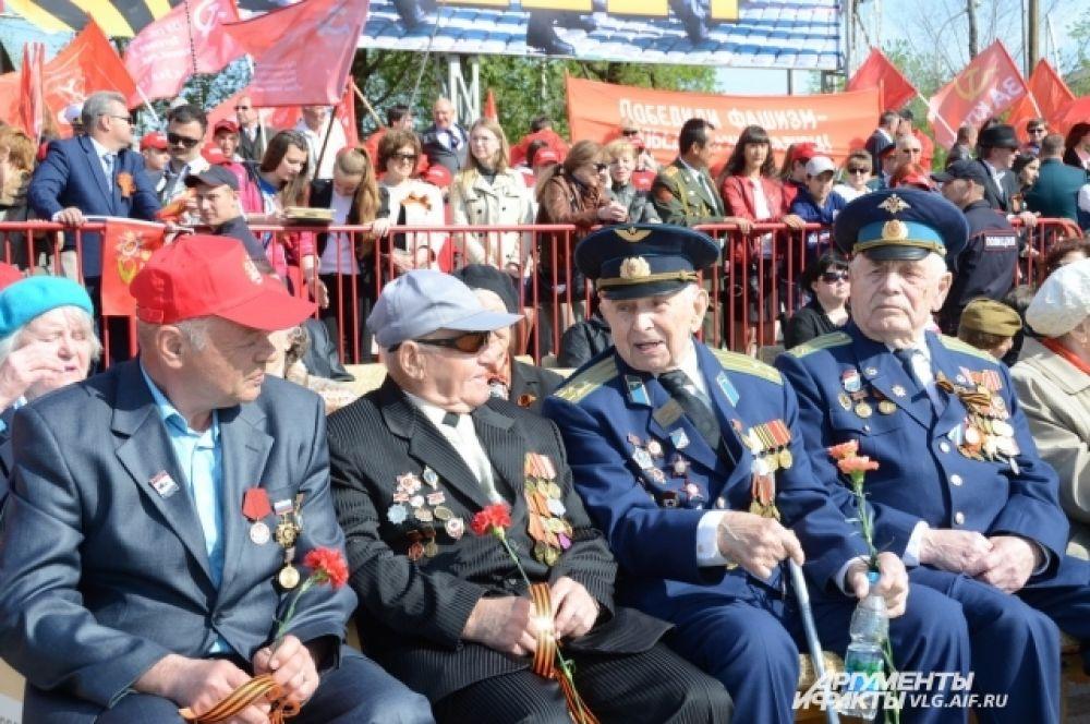 На трибунах собралось 450 ветеранов Великой Отечественной войны.