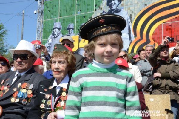 Ветераны шли на парад вместе со своими внуками и правнуками.