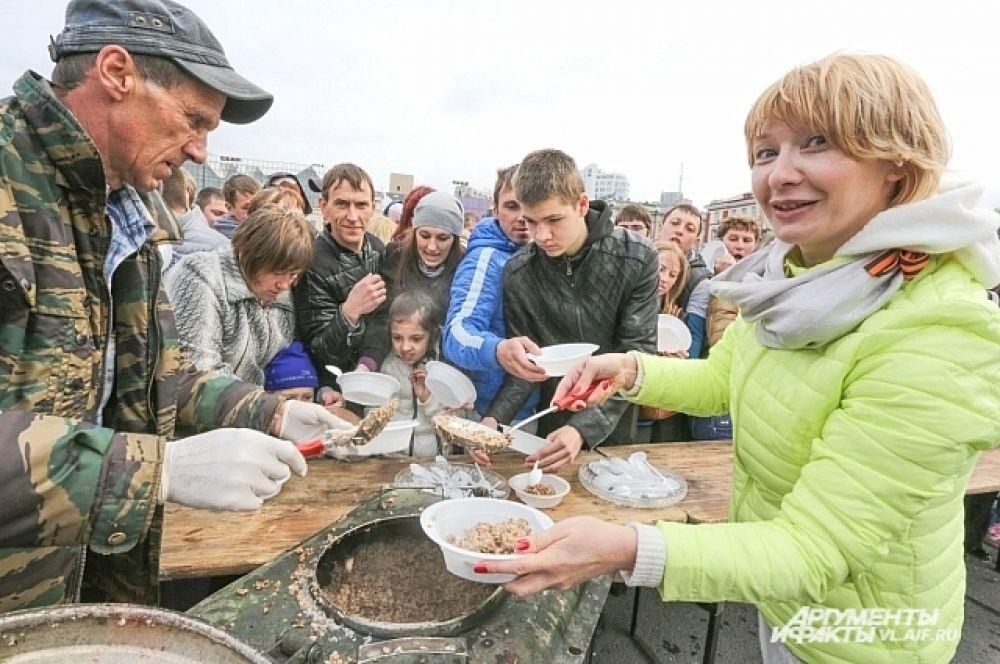 Главный редактор «АиФ-Приморье» лично накормила сотни горожан.
