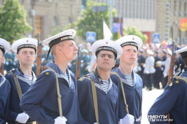 По площади Павших борцов стройными рядами прошли представители разных родов войск.
