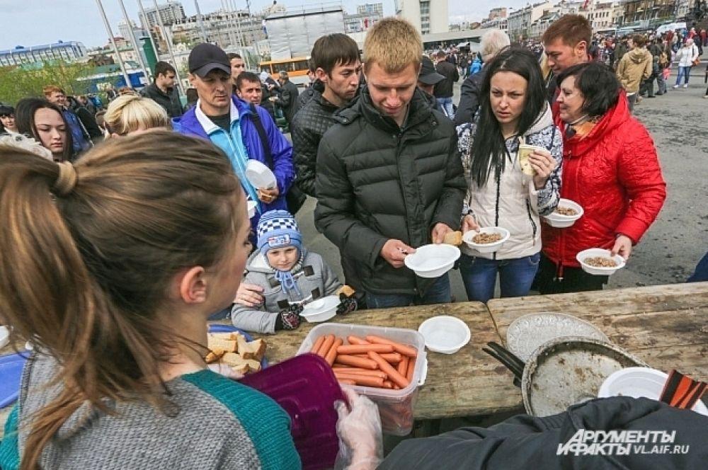 Кроме каши, гостей потчевали сосисками от «Ратимира». Уходили на «ура».