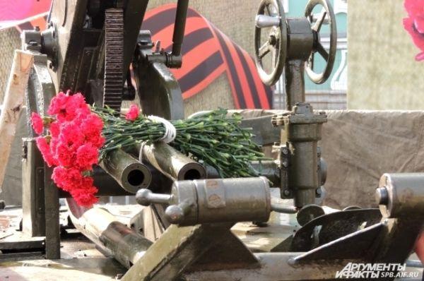 Жители города возлагали цветы к военной технике.