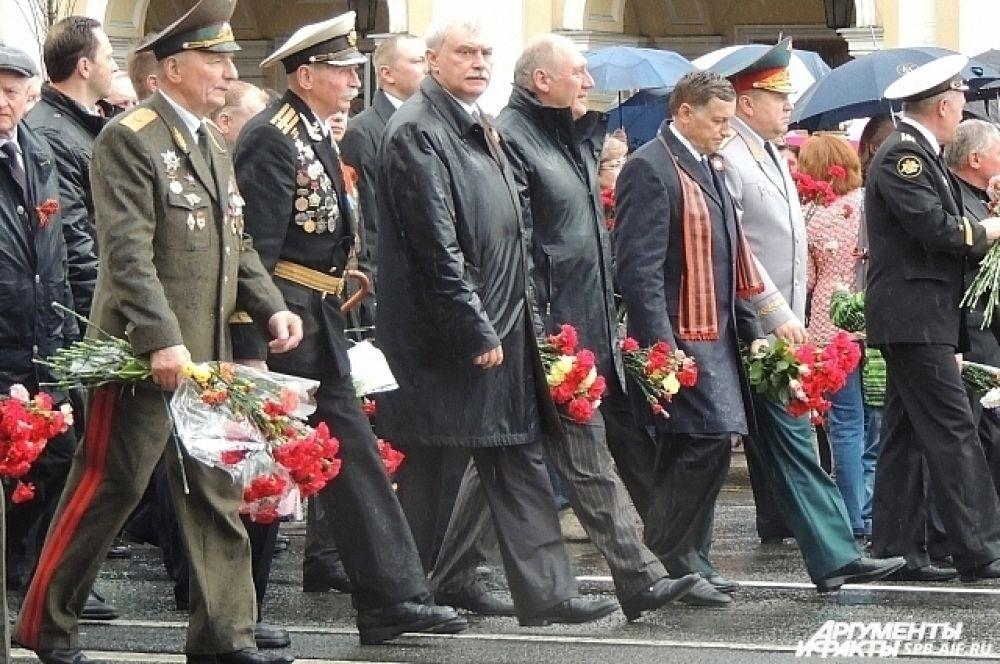 В первых рядах прошел Георгий Полтавченко.