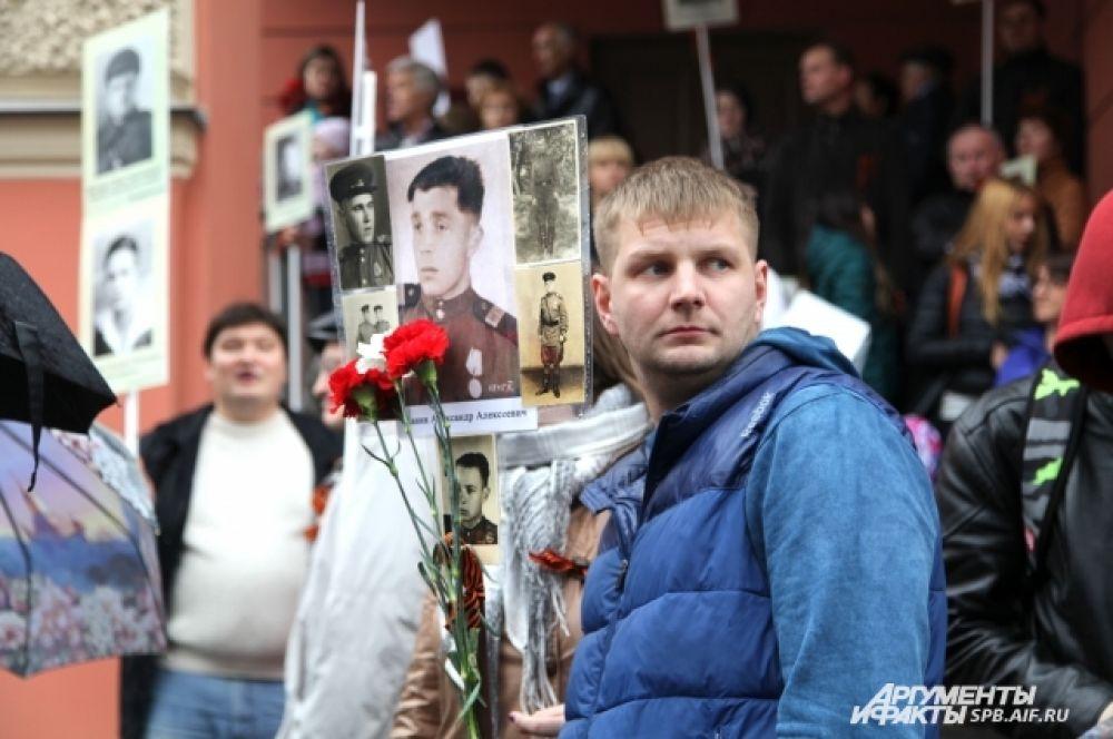 Среди участников шествия было много молодых людей.