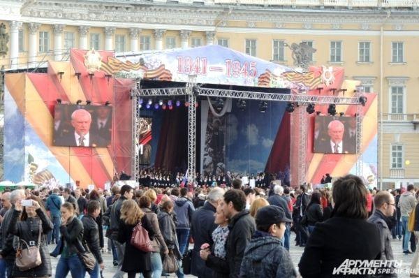 Со сцены петербуржцев поздравил губернатор.