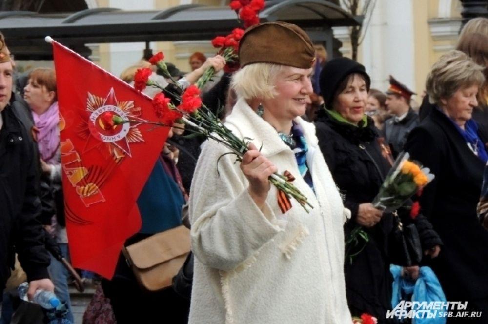 По Невскому пронесли флаги и знамена.