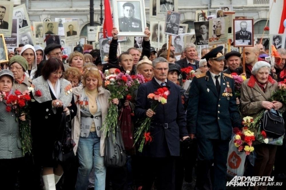 На празднике собрались тысячи петербуржцев.