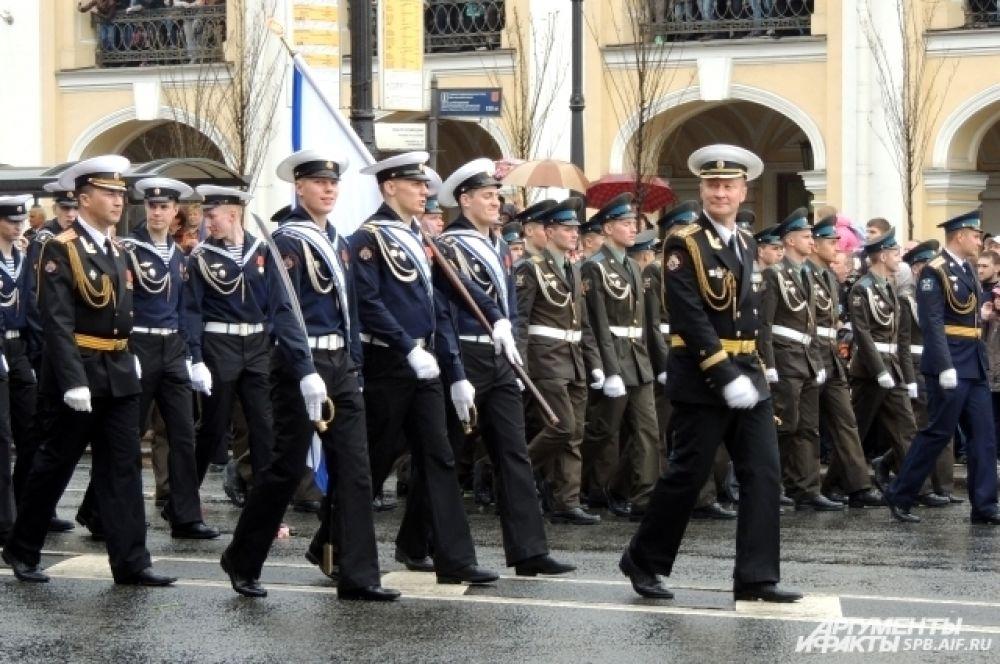 По Невскому прошли военные.