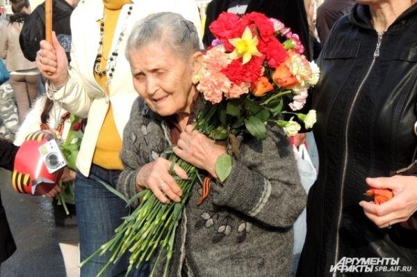 Ветераны уходили с площади с охапками цветов.