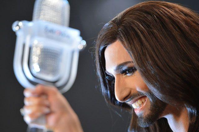 Кончита Вурст с призом за победу в конкурсе «Евровидение-2014».