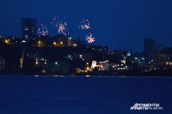 Со стороны Владивостока запустили салют.