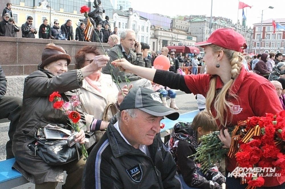 Для ветеранов специально установили скамьи, чтобы удобно было слушать концерт и смотреть как отмечают во Владивостоке праздник.