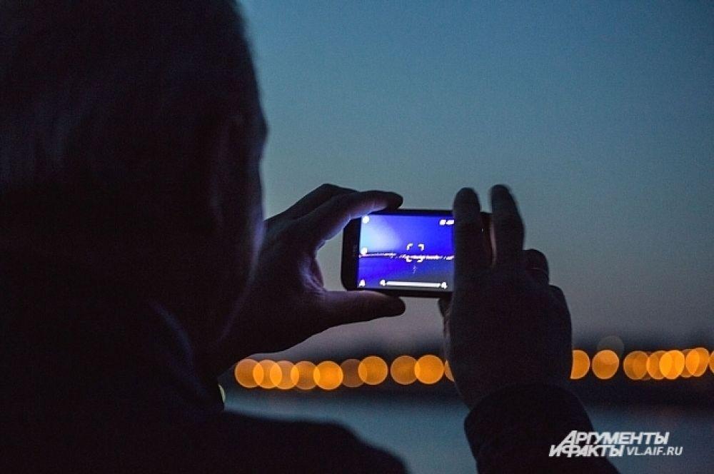 Запечатлеть ночные красоты Владивостока старался каждый.