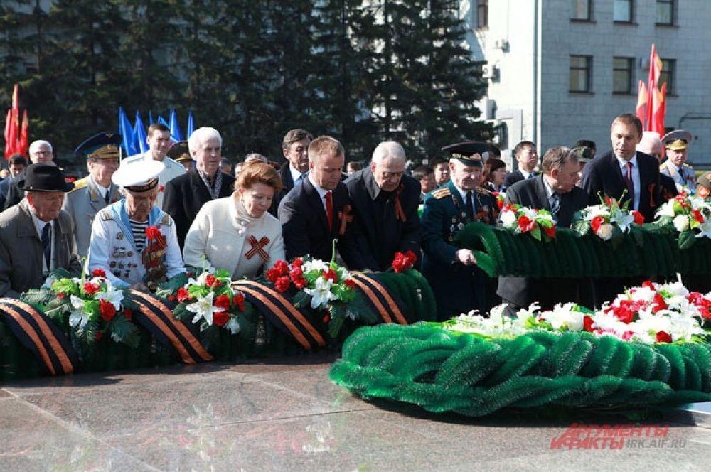 9 Мая к мемориалу «Вечный огонь» возложили цветы.