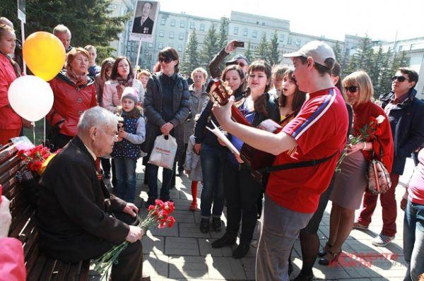 Ветеранов поздравляли песнями.