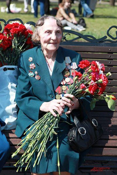 В День Победы ветераном дарили гвоздики.