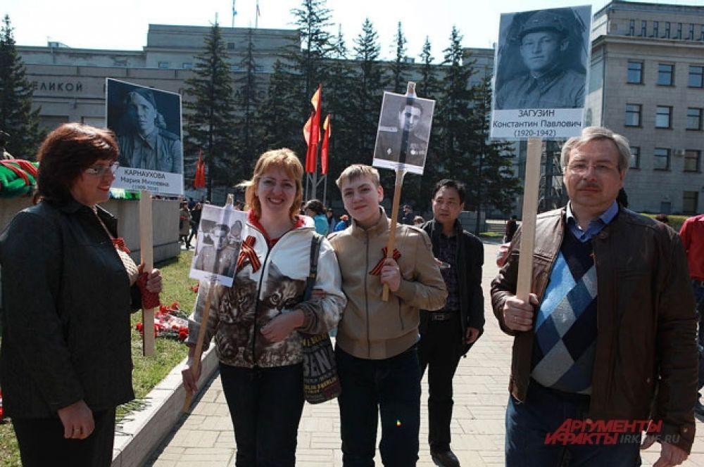 Многие пришли с фотграфиями родственников - участников ВОВ.