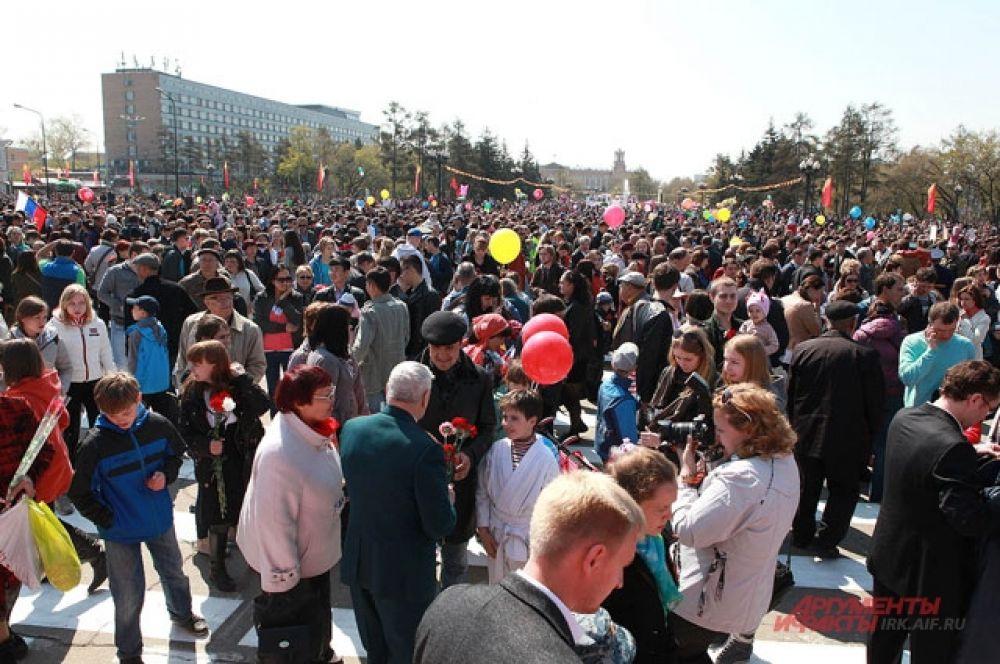 После парада ветеранов поздравляли все - горожане и гости Иркутска.