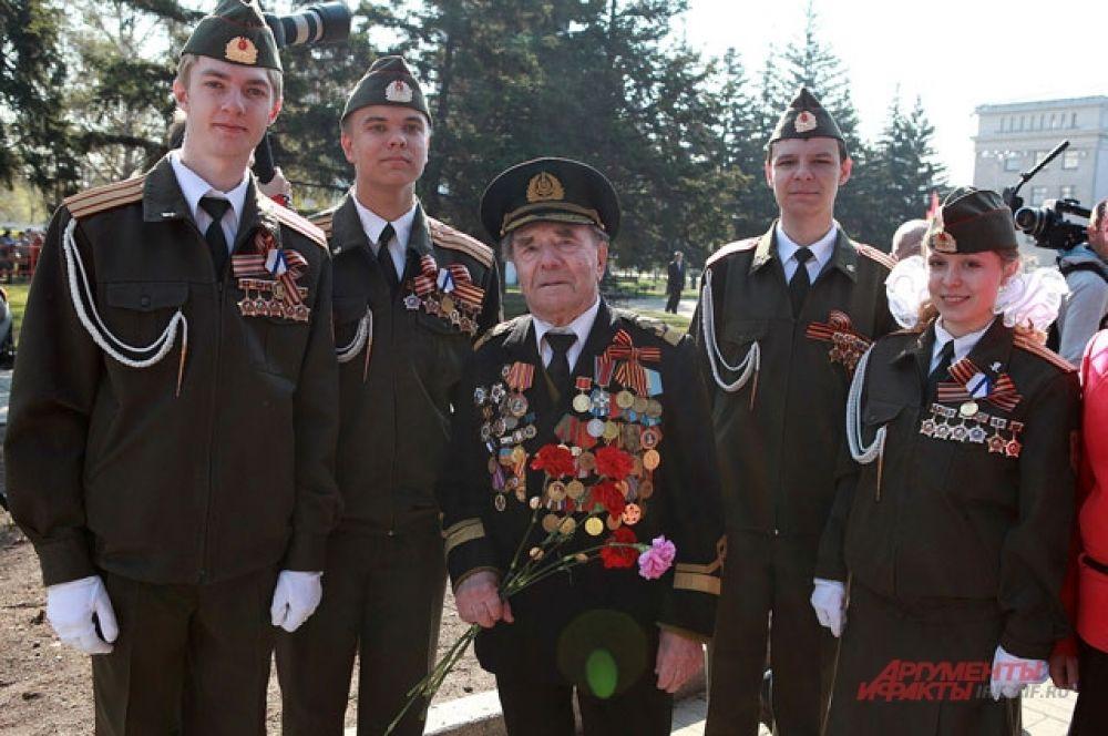 Молодежь фотографировалась с ветеранами на память.