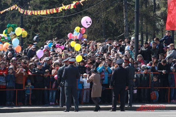 В сквере Кирова, где проводился парад, собрались иркутяне и гости города.