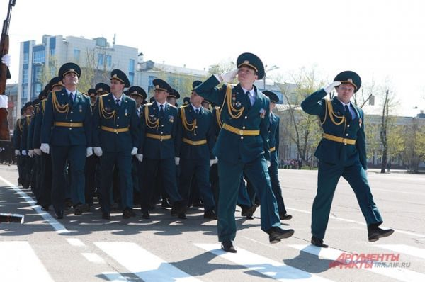 торжественное шествие подразделений Минобороны России и силовых структур местного гарнизона.