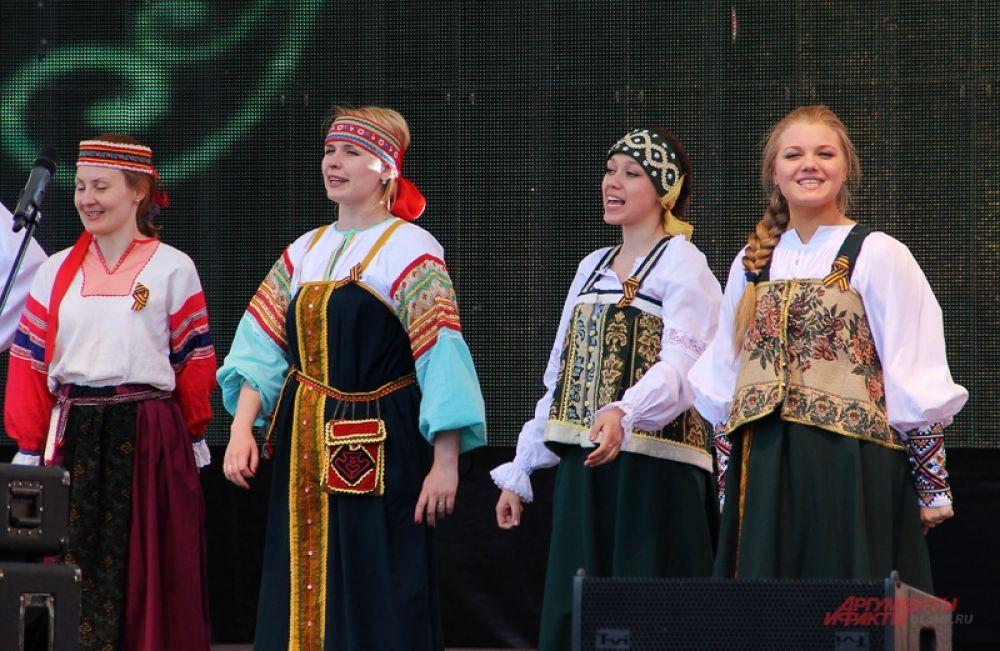 Концертная программа на центральной площади города.