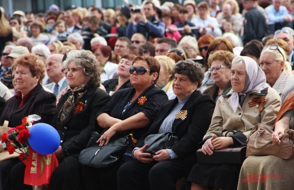 Концерт. Ветераны в первых рядах.