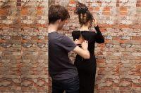 Александр готовит модель к фотосессии.