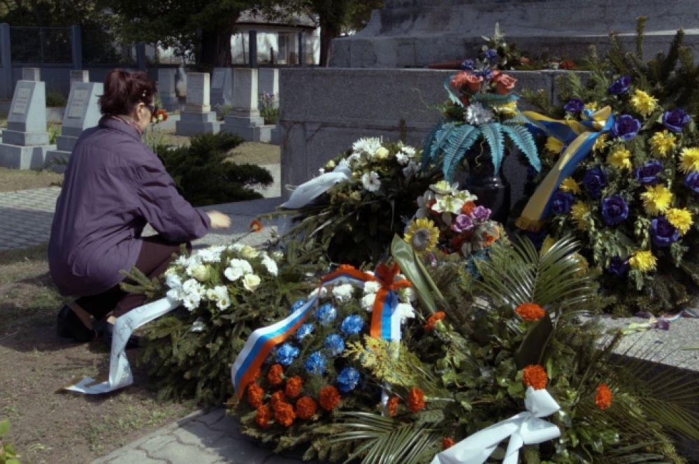 Жители города Кечкемет принесли с собой траурные венки и цветы.