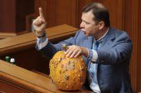 Народный депутат Украины Олег Ляшко, который пришел с тыквой на заседание Верховной Рады, во время выступления.