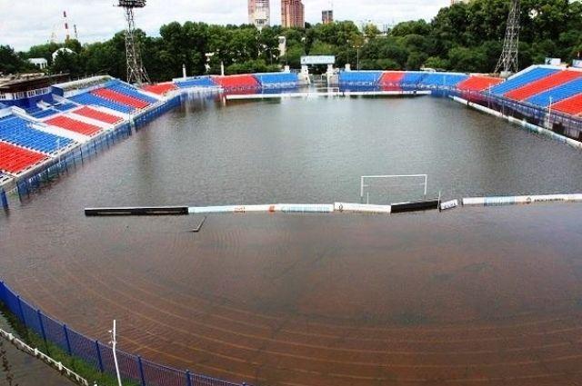 Так выглядело футбольное поле стадиона во время паводка