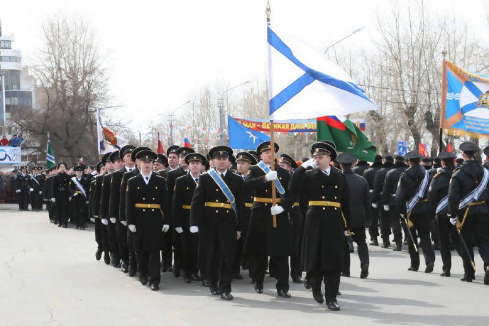 На праздничном марше - подразделения Беломорской военно-морской базы.
