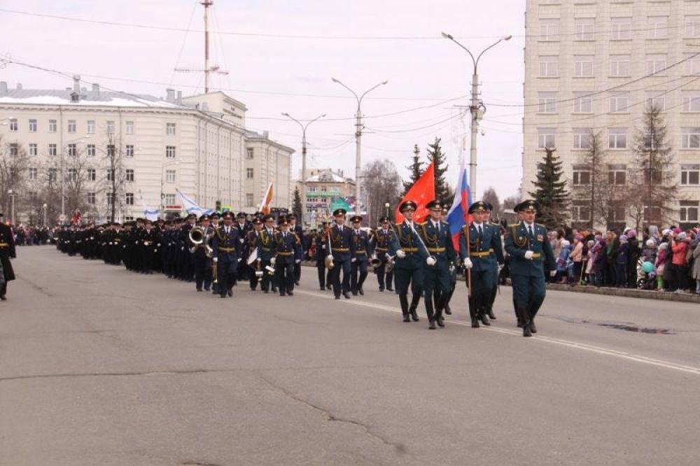 Торжественное прохождение войск по улицам города.
