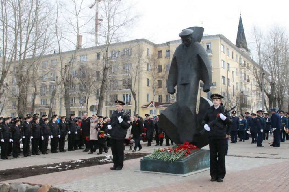 Возложение цветов к памятнику погибшим юнгам северного флота.