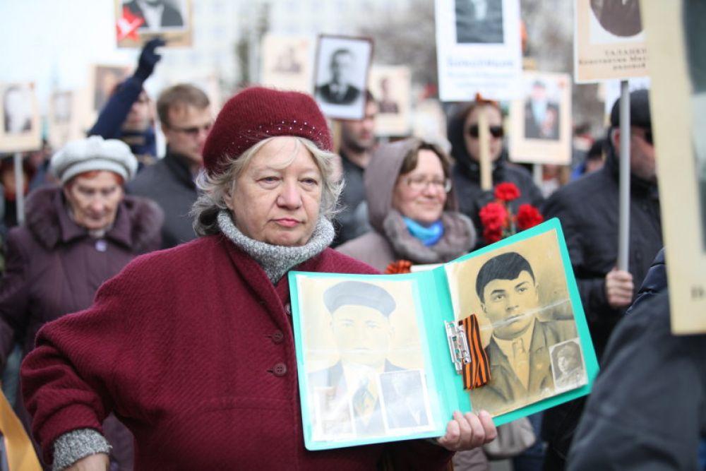 Любой желающий с портретом родственника мог принять участие в шествии.