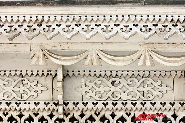 Карниз крыши и наличники украшены декоративной резьбой.