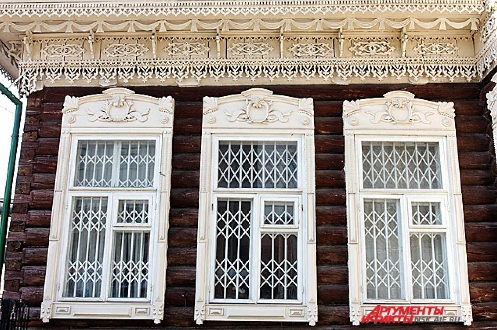 В декоре наличников окон прослеживаются мотивы барокко.