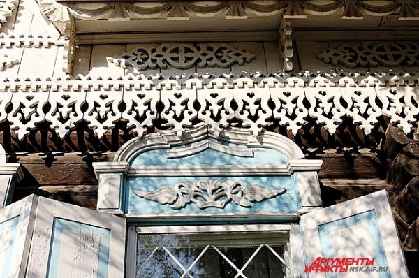 Прямоугольные окна дома обрамлены наличниками, закрываются двойными ставнями.