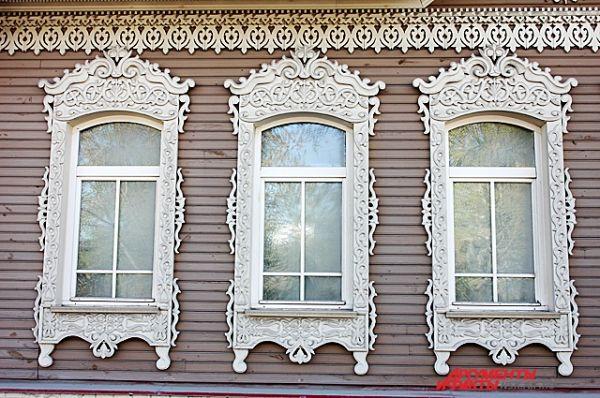 В деревянном декоре использованы традиции резьбы народных мастеров.