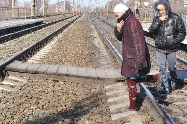 Через железнодорожные пути за продуктами ходить и далеко, и небезопасно.